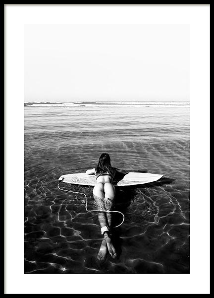 Floating on Surfboard Poster in der Gruppe Poster / Schwarz-Weiß bei Desenio AB (12651)